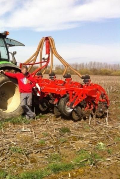 S radnikom na polju